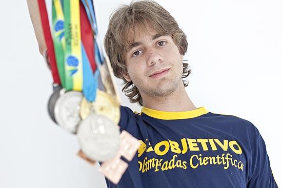 O estudante Ivan Antunes, 17, com medalhas após ganhar Olimpíadas de física, astronomia e linguística | Simon Plestenjak/Folhapress