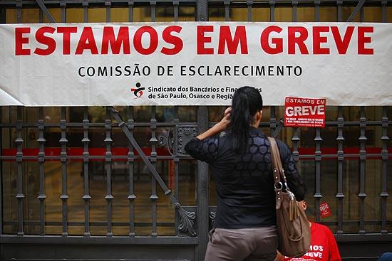 Bancários entraram em greve nesta terça-feira em todo país; na foto, agência fechada no centro de São Paulo | Victor Moriyama - 18.set.2012/Folhapress