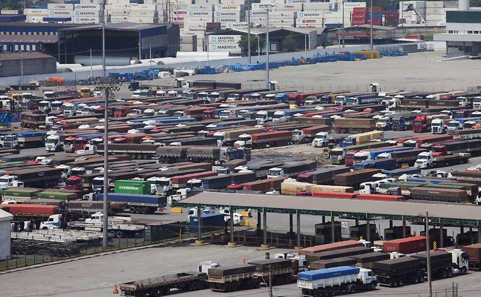 Caminhões aguardam em Cubatão para descarregar no Porto de Santos, no litoral paulista | Lalo de Almeida - 27.fev.12/Folhapress