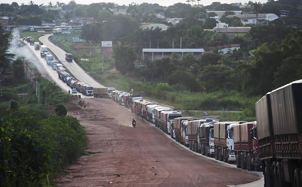 Caminhões aguardam para descarregar em terminal rodoferroviário de Alto Araguaia, no Mato Grosso | Lalo de Almeida - 27.fev.12/Folhapress
