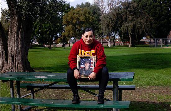 Jennifer Cortez (com seu retrato militar) sofreu estresse pós-traumático e está desempregada | Monica Almeida/The New York Times