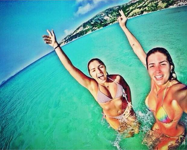 Ex-BBB Aline Gotschalg faz selfie de biquíni e mostra fartura