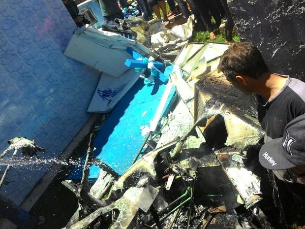 Avião de pequeno porte cai em cemitério e deixa um morto
