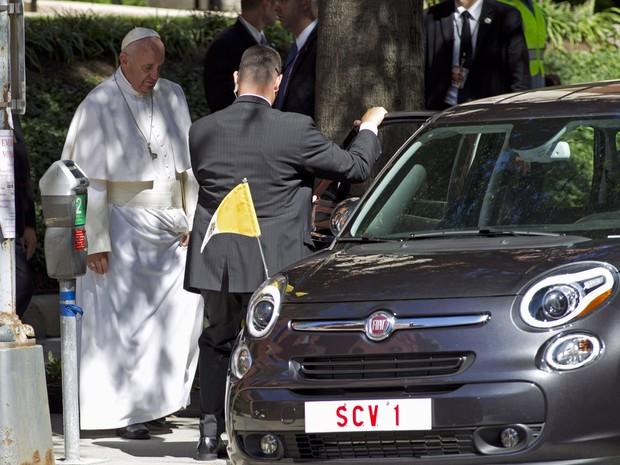 Fiat 500 utilizado pelo papa nos EUA vendido em leilão