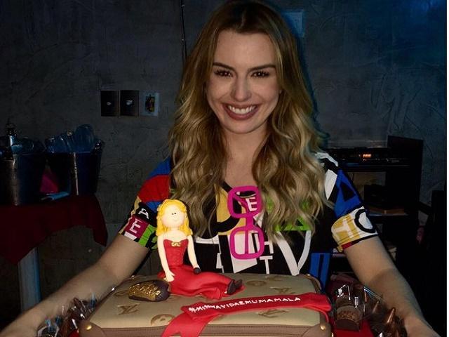 ExBBB Fernanda Keulla ganha festa de aniversário surpresa dos fãs
