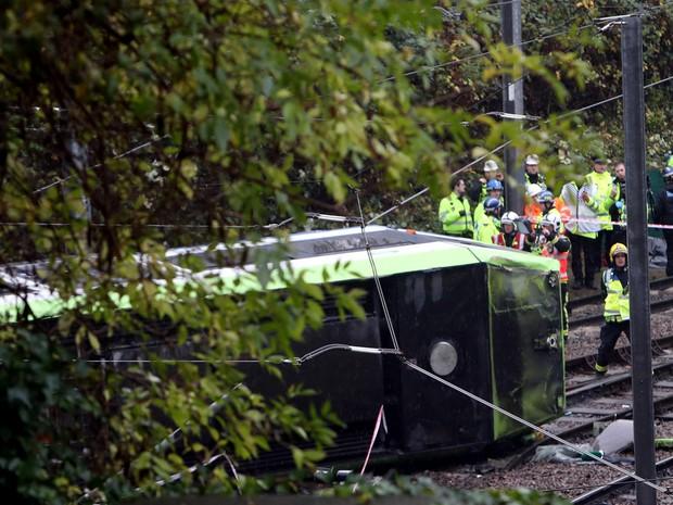 Morrem 5 pessoas em acidente com bonde em Londres; condutor é preso