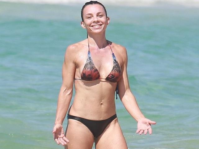 80a5131a7 Carla Marins exibe o corpo sarado aos 48 anos em praia do Rio