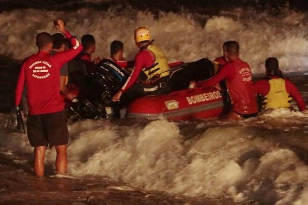 Helicóptero cai em praia de Niterói, RJ