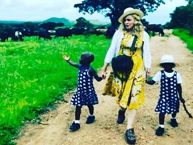 Madonna apresenta gêmeas recém-adotadas de Malauí