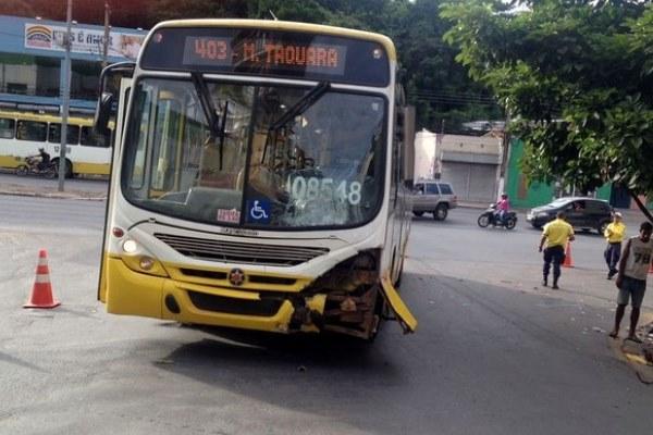 Motociclista morre após ser atropelado por ônibus em cruzamento