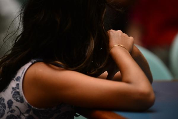 Mãe é presa por participação em estupro da filha de 13 anos
