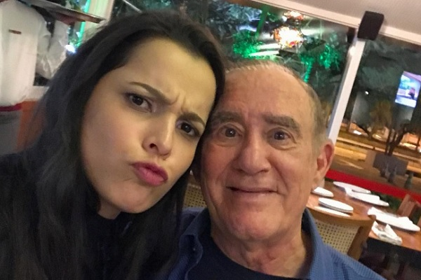 Emilly janta com elenco de 'Trapalhões' e posa com Renato Aragão