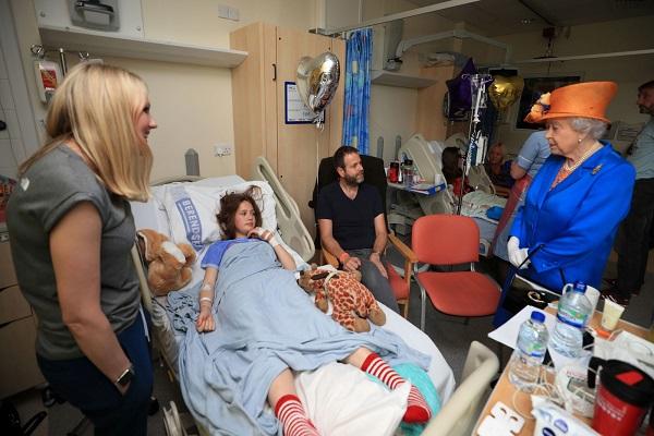Rainha Isabel II visita crianças vítimas de atentado em Manchester