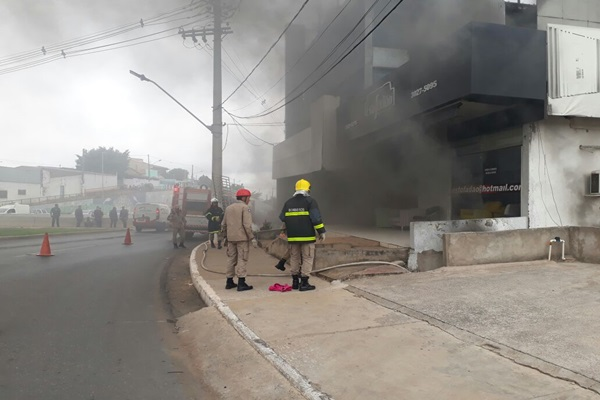Incêndio atinge loja de estofados na Miguel Sutil; veja vídeo