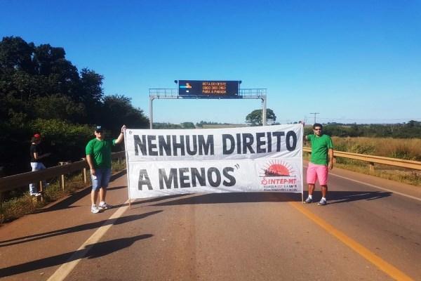 Professores bloqueiam rodovia em MT por concurso, RGA e horas extras