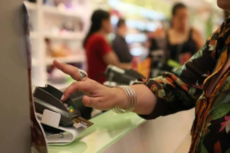 Uso de cartões de crédito e débito sobe e o de cheques cai