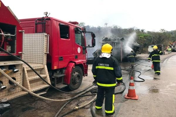 Carreta carregada de algodão pega fogo na Serra de São Vicente-MT