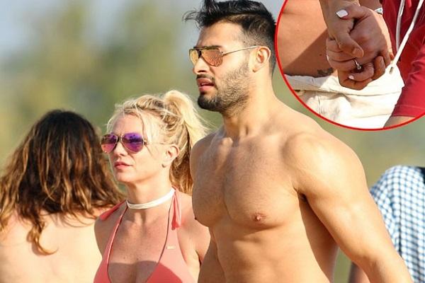 Britney Spears exibe aliança de noivado em dia de praia