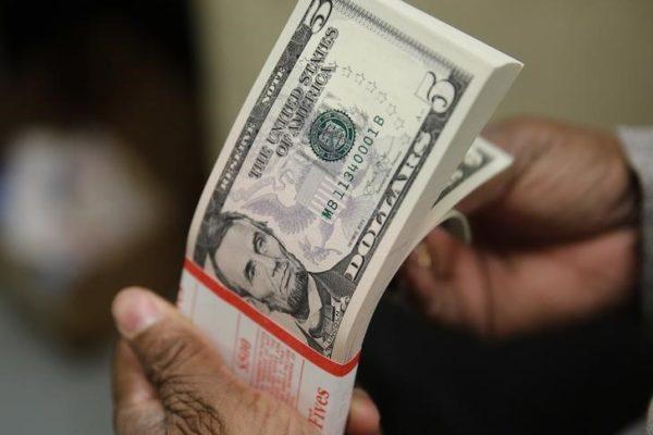 Dólar abre em alta e é negociado na casa de R$ 3,37