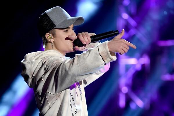 Justin Bieber dá soco em agressor de mulher no Coachella