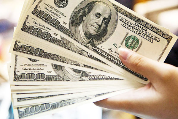 Dólar encosta em R$ 3,55, maior nível em quase dois anos