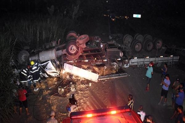 Carreta tomba ao tentar desviar de caminhonete e motorista morre em MT