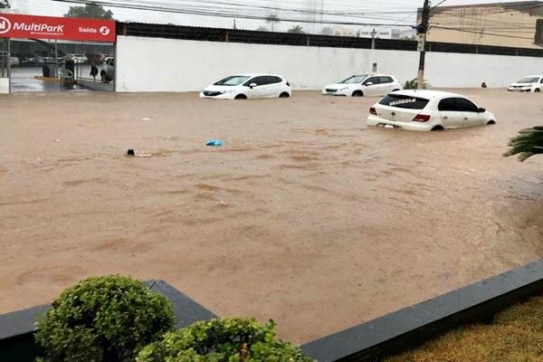 Forte chuva alaga vários pontos de Cuiabá e causa transtorno a munícipes