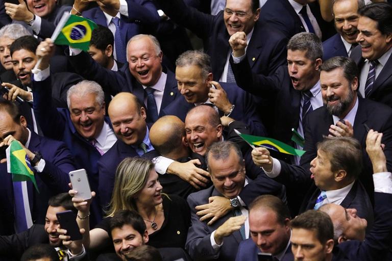 Sete dos oito deputados de Mato Grosso votaram a favor da reforma