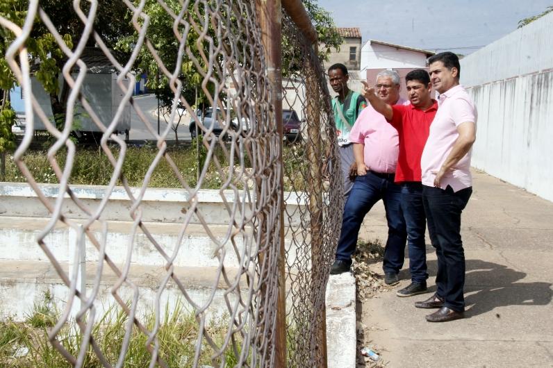 O prefeito Emanuel Pinheiro anuncia reforma do mini estádio do Tijucal